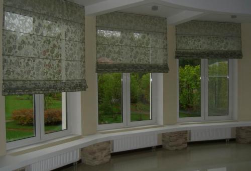 Римские шторы на эркерном окне